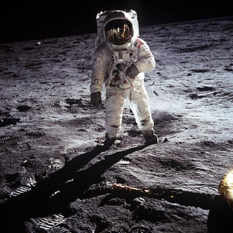 달에 착륙한 아폴로11호의 우주비행사 올드린. 이 사진 역시 조작설에 시달려왔다. ⓒ ScienceTimes