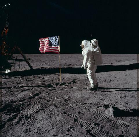 달착륙조작설의 증거로 끊임없이 거론되었던 성조기가 휘날리는 듯한 사진. ⓒ ScienceTimes