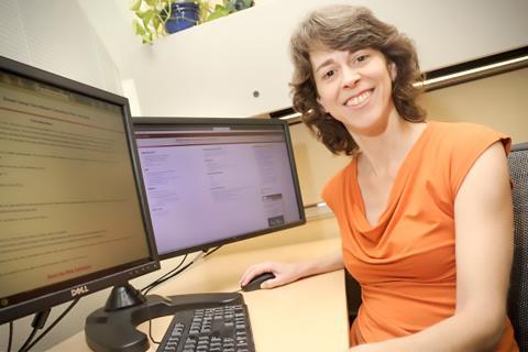 샬롯테 가드(Charlotte Gard) 미국 뉴멕시코주립대 응용통계학 교수가 유방암 위험도와 유방 치밀도 평가 연구를 하고 있다.  ⓒ NMSU photo by Darren Phillips