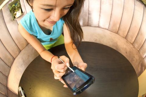 스마트폰을 사용하면서 통신을 하게 되는데, 이때 낭비되는 에너지를 전기에너지로 바꾸어 스마트폰 배터리의 수명을 연장하는 것이 이번 기술의 핵심이다. ⓒ ScienceTimes