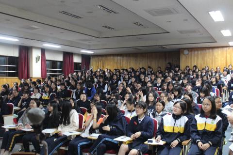 부천여고에서 진행된 페임랩 클래스에 많은 학생이 참여했다. 강연이 열린 소강당에는 학생들이 앉을 자리가 부족할 정도였다. ⓒ 이슬기 / ScienceTimes