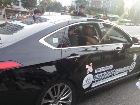 국내 최초로 실제 도로에서 주행을 시도한 자율주행차. 3년이 지난 지금 우리나라 자율주행차 종합성적은 높지 않은 편이다. (215년 11월 23일, 첫 자율주행시승이 이루어진 서울 경기고등학교 앞) ⓒ 김은영 / ScienceTimes