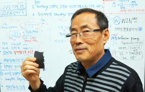 자신이 개발한 전기통하는 고무를 설명하는 우삼용 박사 ⓒ 심재율 / ScienceTimes