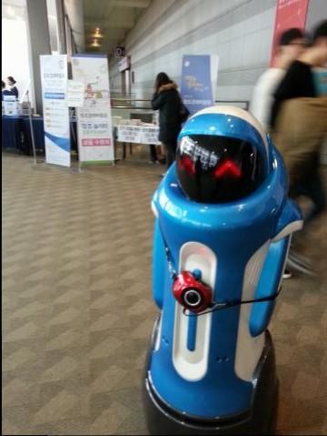 도슨트로봇이 전시관을 안내하고 있다 ⓒ 김의제 / ScienceTimes
