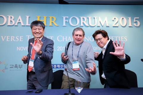 글로벌 HR 포럼에서 혁신과 미래에 대해 논의한 김승환 한국과학창의재단 이사장(왼쪽), 앨런 와이즈먼(가운데), 다니엘 홍 교수(오른쪽) ⓒ 김의제 / ScienceTimes