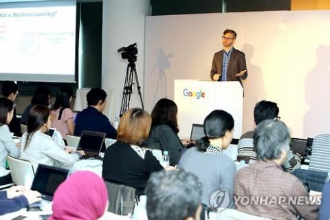 10일 일본 도쿄에서 '매직 인 더 머신'이라는 주제로 구글 아태지역 기자간담회가 열리고 있다. 우리나라를 비롯해 일본, 중국 등 아태지역 12개 국가 기자 100여 명이 참석한 가운데 구글 본사에서 근무하는 전문가들이 직접 나와 머신 러닝의 기술 진전 상황과 이를 적용한 구글의 최신 제품 등을 소개했다.