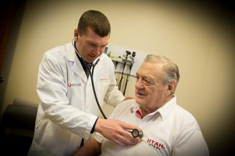 이번 연구에 따른 고혈압 집중치료로 75세 이상의 노인들은 가장 큰 효과가 얻는 반면 부작용도가장 많은 것으로 추정된다. 심장질환 검진을 하고 있는 모습.  ⓒ University of Utah Health Sciences