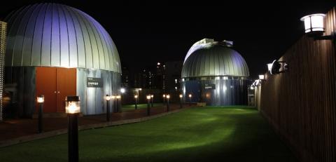서울 용산구 전자상가 부근 동아사이언스 사옥 옥상에 설치된 과학동아천문대. 200mm 굴절망원경으로 밤하늘을 관찰할 수 있다.  ⓒ 동아사이언스