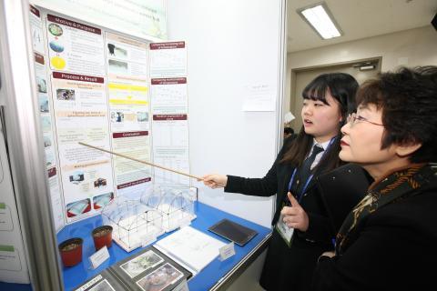 국제 과학컨퍼런스에 나가도 당당한 과학영재들이 육성되어 진다. 지난 '15년 12월 한국청소년과학창의대전 모습.