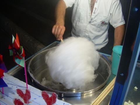 길거리에서 흔히 볼 수 있는 솜사탕도 넓은 의미에서 본다면 분자 요리의 하나이다. ⓒ FocalPoint / wikipeida