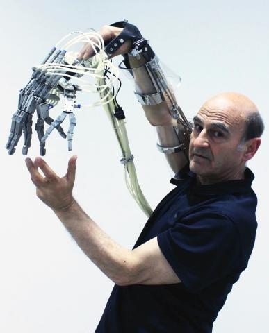 스텔락(Stelarc)의 익스텐디드 암(Extended Arm) ⓒ 국립현대미술관