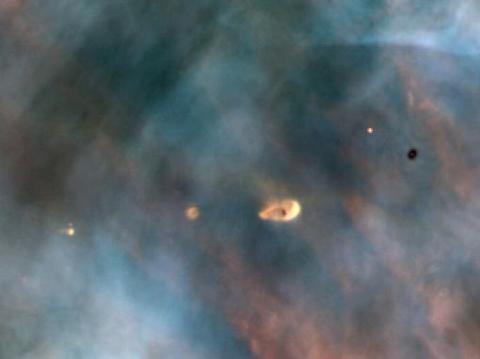원시 행성계 원반은 젊은 별 주위를 회전하면서 둘러싸고 있는 짙은 가스 원반을 말한다. 사진은 오리온성운 내에 있는 원시 행성계 원반  ⓒ C.R. O'Dell / Rice University; NASA