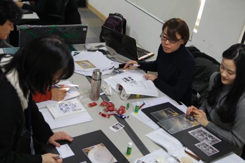 'PIE 사진으로 여는 세상' 워크숍에 참여하고 있는 교사들.