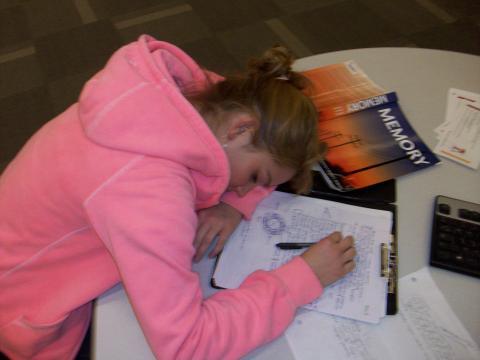 공부를 하다 책상에서 잠든 여성. 잠을 잘 자는 것은 매우 중요하다. ⓒ Psy3330 W10 at Wikicoomons