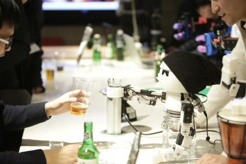 술을 마시는 로봇 '드링키'