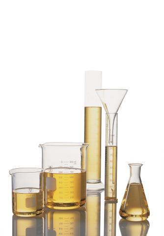 시험관과 비이커에 담긴 콩기름. 우리나라에 식용으로 수입되는 대부분의 유전자변형 콩은 콩기름에 가공에 사용된다. ⓒ United Soybean Board