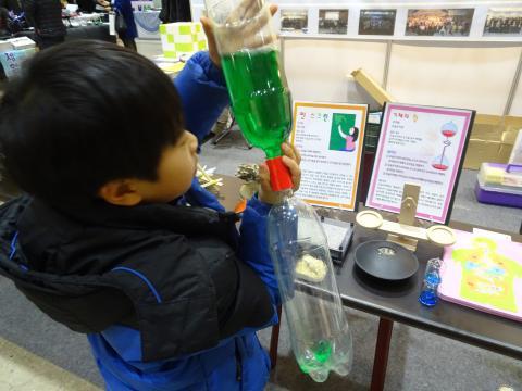 '과학교육종합계획(안)'의 첫번째 단계는 학생들과 교사들이 과학을 학교에서 즐길 수 있도록 하는 것이다. 사진은 지난 1월 개최된 교육박람회에서 과학실험을 해보며 흥미로워하는 학생의 모습. ⓒ 김은영/ ScienceTimes