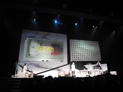 제8회 카오스콘서트 '빛, 색즉시공'에서는 과학계의 논쟁을 강연과 연극이 결합된 강극의 형태로 무대에 올렸다.