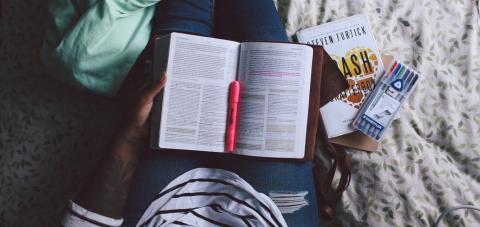 책을 읽으면서 메시지를 보내는 것처럼 멀티태스킹을 하는 것은 현대인에게 필수처럼 받아들여지고 있다.  ⓒ Jazmin Quaynor / Unsplash