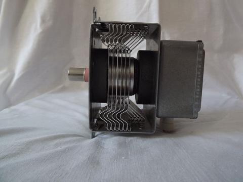 전자를 가속시켜 전자기파를 발생시키는 마그네트론. ⓒ Cronoxyd