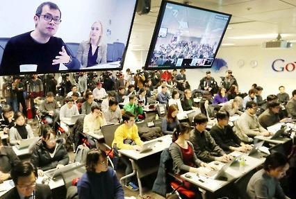 28일 오후 서울 강남구 역삼동 구글코리아에서 오는 3월 8일 예정된 구글 바둑 인공지능(AI) 프로그램 '알파고'(AlphaGO)와 이세돌 9단의 대결을 앞두고 열린 미디어 브리핑에서 영국 런던에 소재한 구글 인공지능 연구 기관 딥마인드(Deep Mind)의 데미스 하사비스 CEO가 화상통화로 바둑 인공지능 '알파고'에 대해 설명하고 있다.