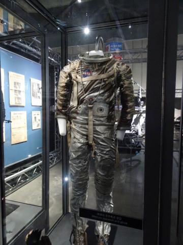 제미니 G4C 우주복, 헬맷과 장갑 제미니 프로젝트 때 사용한 우주복. 우주복의 무게는 91kg에 달한다.