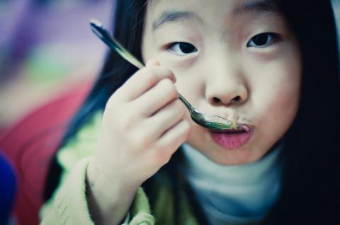 어린이들에게 콩을 먹게 하려면 콩을 좋아할 수 있도록 다양한 정보와 경험을 쌓도록 하는 것이 필요하다. 또 이를 위해 충분한 시간을 두고 먹는 양을 조금씩 늘려가는 것이 좋다.
