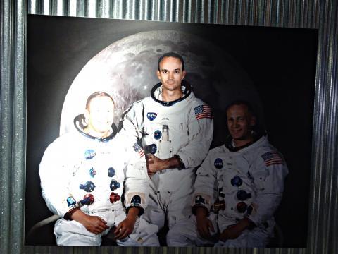 아폴로 11호에 탑승했던 세명의 우주인. 닐 암스트롱 사진 위로 빛이 강하게 비춰지고 있다. 우측 사진이 버즈 올드린. 빛과 그림자와 같이 2등을 기억하는 사람은 없었다.  ⓒ 김은영/ ScienceTimes