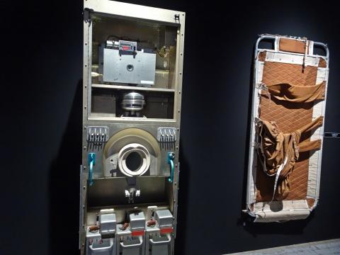 우주정거장 스카이랩에서 사용된 변기와 침대. 변기에서 채취된 용변은 냉각 압축되어 지구로 돌아왔다. 용변은 우주비행사의 건강과 우주에서의 변화를 측정하기 위해 연구되었다.  ⓒ 김은영/ ScienceTimes