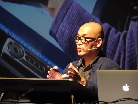 """세계적인 드로잉 아티스트 김정기 작가는 """"상상력이 디지털의 날개를 달고 훨훨 나는 시대""""라고 말했다."""