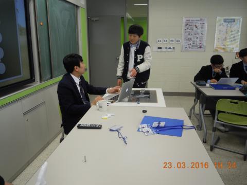 발명 프로젝트를 기획하면서 궁금증이 있다면 언제든 자연스럽게 선생님과 상담하는 학생들 ⓒ 김지혜/ScienceTimes