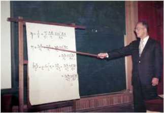 강의실의 이태규 박사. 칠판에 쓰는 시간을 줄이기 위해 강의 내용을 종이에 쓰곤 했다. ⓒ 과학기술인 명예의 전당