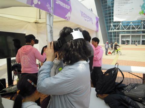 가족들이 함께 가상현실 체험을 해보며 신기해 하고 있다. ⓒ 김지혜/ScienceTimes