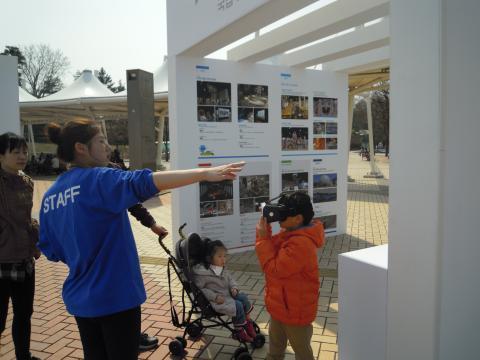 가족들이 함께 가상현실 체험을 해보며 신기해 하고 있다. ⓒ김지혜/ ScienceTimes