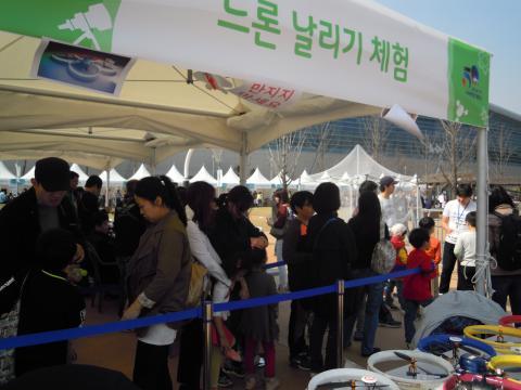 아이들과 드론날리기 체험을 하기 위해 부모님들이 줄을 서있는 모습. 행사장 이곳저곳 체험장에는 체험을 하기 위해 줄을 서있는 부모들의 모습을 볼 수 있다. ⓒ 김지혜/ScienceTimes