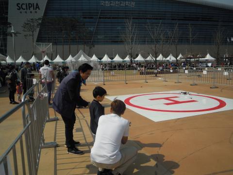 아빠와 아들이 함께 드론을 날리는 체험을 하고 있다. 아이들은 처음에는 우물쭈물하다가 이내 자신감을 얻고 즐거워했다. ⓒ 김지혜/ScienceTimes