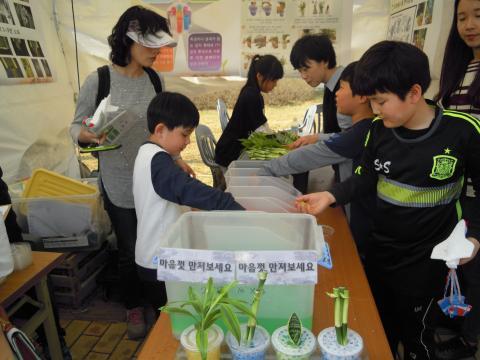 드론, 수경재배, 로봇, 전기만들기 등 다양한 프로그램들을 체험하는 아이들은 가족들과 자연스럽게 과학을 받아들이고 있다. ⓒ 김지혜/ScienceTimes