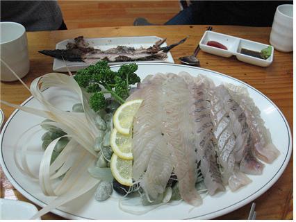 횟집의 생선회에는 생선의 비린내를 없애기 위해 얇게 쓴 레몬이 함께 나온다.  ⓒ 위키미디어