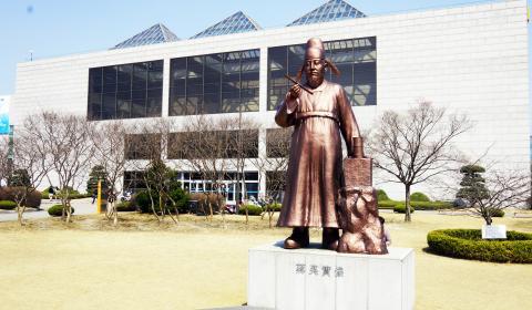 카이스트 도서관 앞에 세워진 장영실 동상 ⓒ 심재율 / ScienceTimes