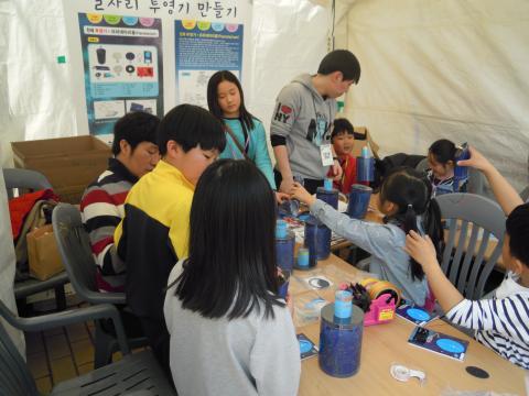 드론, 수경재배, 로봇, 전기만들기 등 다양한 프로그램들을 체험하는 아이들은 가족들과 자연스럽게 과학을 받아들이고 있다. ⓒ김지혜/ ScienceTimes