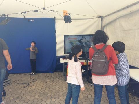 대전지방기상청에서 마련한 기상캐스터 체험 부스에서 가체험활동을 하고 있는 관람객 가족 ⓒ 박솔 / ScienceTimes