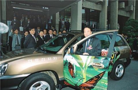 2000년에는 국내 자동차 업체와 공동으로 무공해 수소연료전지자동차를 개발했다. 수소연료전지자동차는 연료전지에서 생산된 전기로 구동되는 전기자동차의 일종이다. 사진은 2004년 수소연료전지자동차 시승식의 모습.  ⓒ KIST