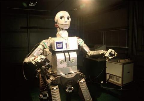 1994년부터는 실제 사람의 움직임을 흉내 낸 휴먼로봇시스템이 개발됐다. 사진은 1999년 개발된 국내 최초의 4족 보행 휴먼로봇 '센토'다. 센토의 기술은 국내 최초 보행로봇 '마루', '아라'의 개발로 이어졌다.