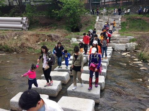 탄동천을 걷고 있는 행사 참가자들. 어린아이를 동반한 가족들이 눈에 많이 띈다. ⓒ 박솔 / ScienceTimes