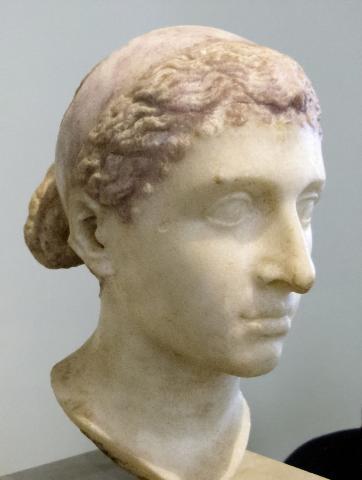 기원전 1세기 이집트에서 제작된 대리석 두상으로 클레오파트라로 추정된다. 현재 독일 베를린구박물관에 소장돼 있다. ⓒ 베를린구박물관