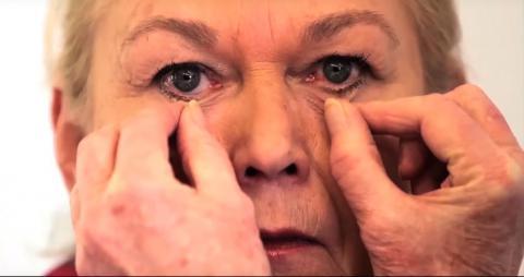 과학자들이 노쇠한 피부를 대체할 수 있는 인공 피부를 개발했다. 실리콘으로 만든 이 투명한 인공 피부는 수술을 통해 주입하는 것이 아니라 페인팅을 통해 그려 넣는 것이 특징이다.  ⓒ MIT