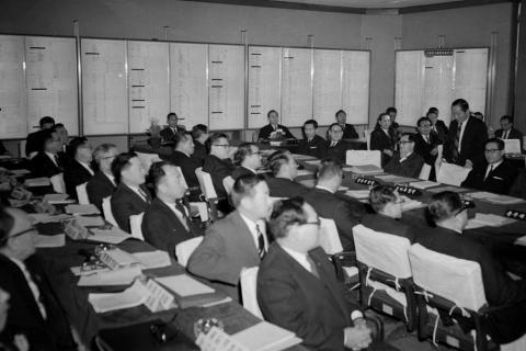 1967년 제1차 경제개발 5개년 계획에 대한 종합평가교수단의 보고회 모습. ⓒ 국가기록원