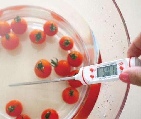 채소는 뜨거운 물에 씻어야 좋다?