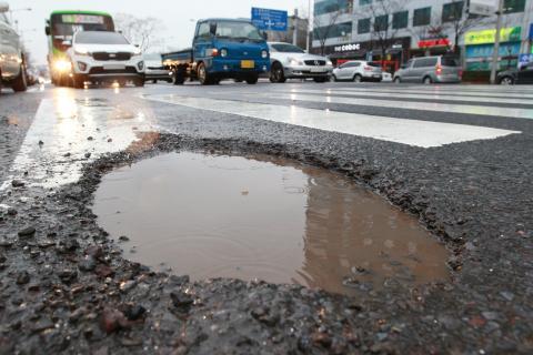 세계 각국에서 포트홀 문제 해결을 위한 기술 개발 및 연구가 활발히 진행 중이다. ⓒ 연합뉴스