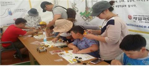 어린이들이 과학상자를 교사와 가족의 도움을 받으며, 함께 만들고 있다. ⓒ 김주현 / ScienceTimes